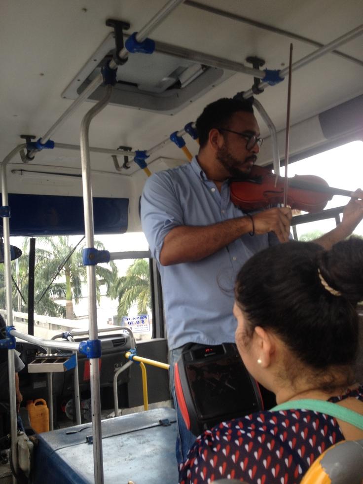 Músico en el bondi Guayaquil